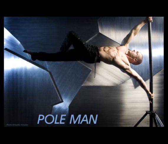 strong pole, pole man, l'homme drapeau, l'homme mat