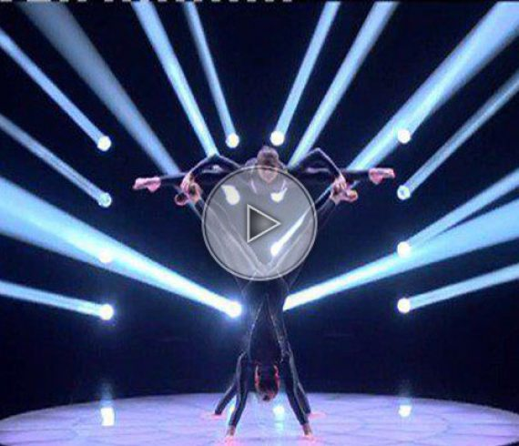 hand balance trio, trio d'équilibristes, black, dark, noir, circus acrobats, gymastes