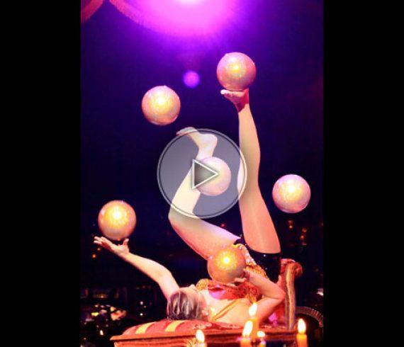balloon foot juggler, juggling with balloons, jongleuse aux ballons, feet juggling, jongleuse avec les pieds