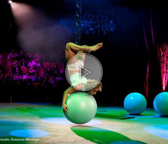 balloon girl, fille aux ballons, gros ballons, ballons géants, ballons