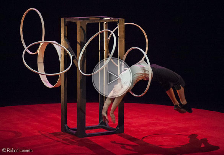 chinese hoops, chinese hoop, solo chinese hoops, cerceaux chinois, acrobate au cerceau, chinese hoops acrobat,