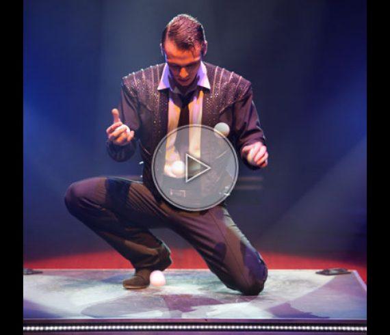 tap juggler, tap dance juggler, jongleur claquettes, jongleur danseur de claquettes, bouncing balls, balles à rebond