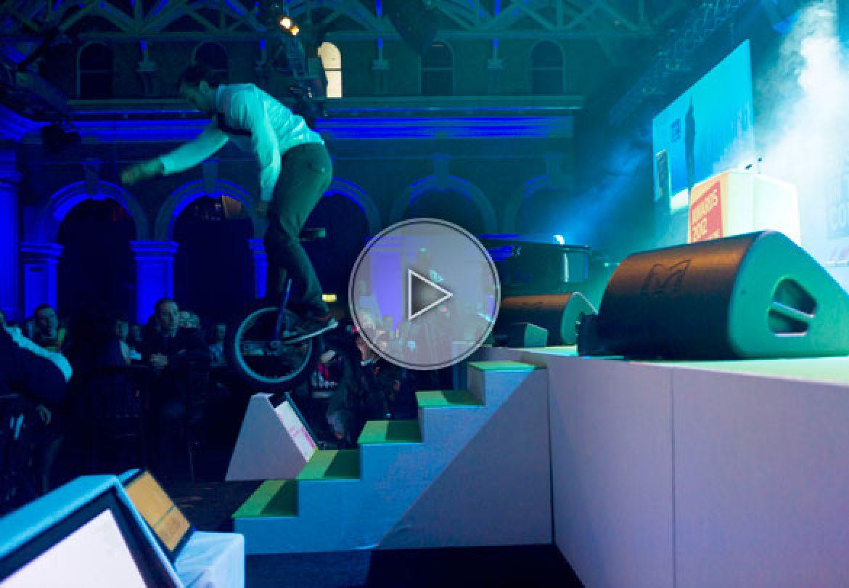 unicycle stunts, stunts on unicycle, cascadeurs sur monocycle, cascadeurs, numéro de monocycle, unicycle acts