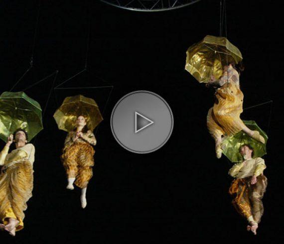 parapluies aériens, parapluies volants, spectacle aérien, danseurs aériens, acrobates aériens, parapluie volant