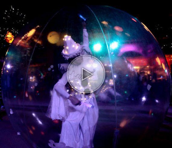 sphères, artistes dans les sphères, sphères transparentes, pierrot, pierrots, pierrot dans la sphère