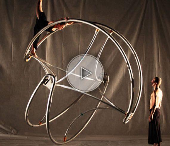 zigrolling, sculpture, artiste sur sculpture, acrobate sur sculpture, spectacle avec sculpture, sculptures, duo sculpture