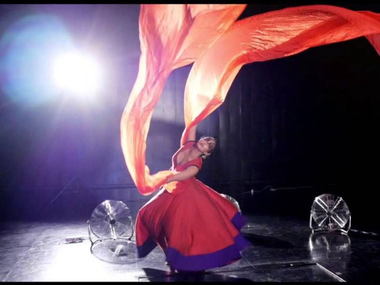 tissu magique, tissu et ventilateurs, ballet du tissu, ventilateur et tissu, soie dansante