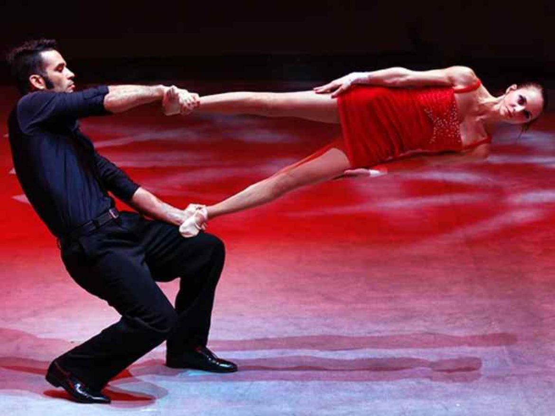 main a main, main a main romantique, acrobates duo, acrobates poétique, acrobates romantique, duo équilibre