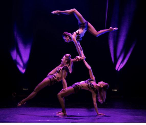 trio d'acrobates, trio d'équilibristes, équilibristes filles, équilibristes femmes, troupe d'acrobates femmes, troupe filles équilibristes