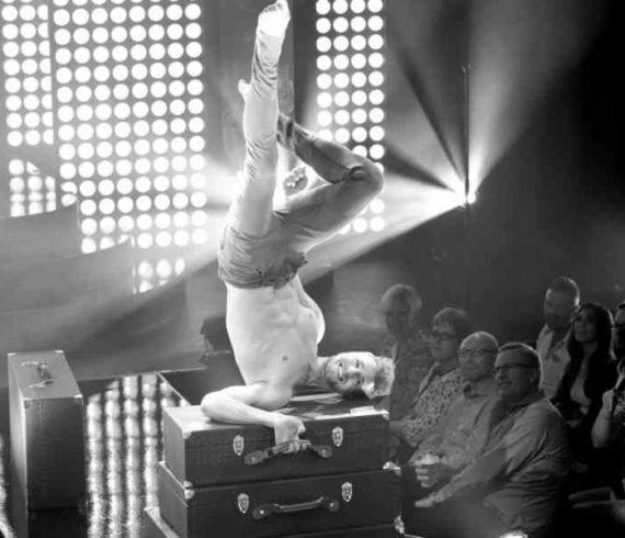 équilibriste sur valises, valises, équilibre sur valises, numéro sur valise, artiste sur valises