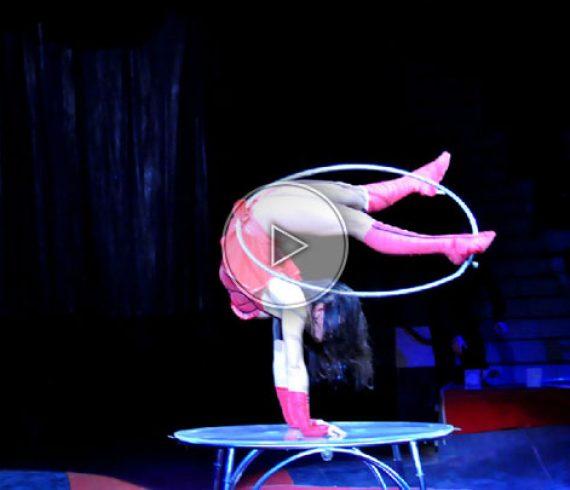 équilibriste et hula-hop, équilibre et hula-hop, équilibres et hulas, hula-hops
