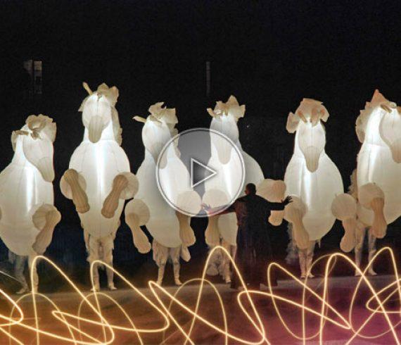 chevaux lumineux, chevaux gonflables, cavalerie lumineuse, parade de chevaux, chevaux