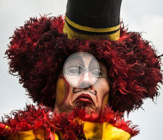 echassiers cirque, artistes de cirque sur échasses, clowns sur échasses, échasse cirque
