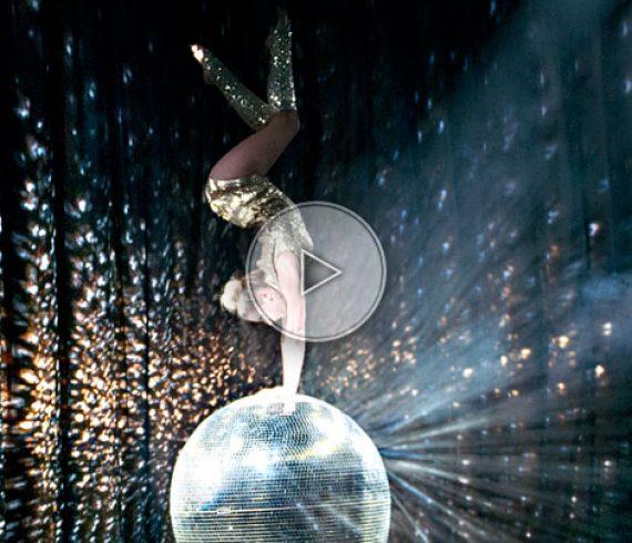boule à facettes, équilibre sur boule à facette, équilibriste sur boule, glamour