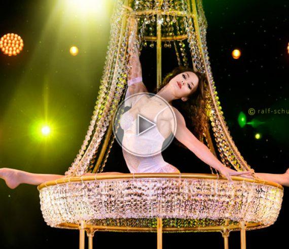 chandelier aérien, acrobate sur chandelier, acrobate au chandelier, chandelier dans les airs