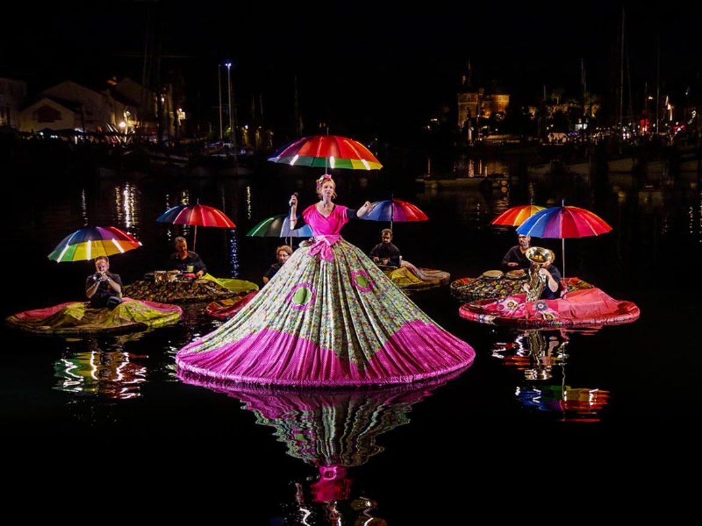 orchestre aquatique, formation aquatique, orchestre sur l'eau, musiciens sur l'eau, musique sur l'eau