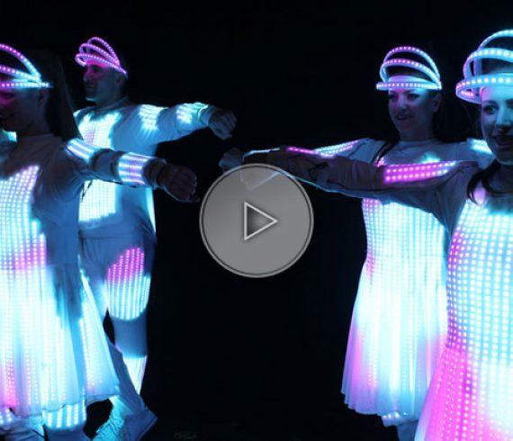 danseurs aux costumes lumineux, costumes fibres optiques, costumes logos, danseurs logos,