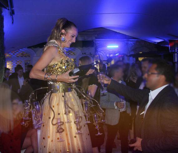 serveuse champagne, champagne sur échasses, serveuse champagne sur échasses, echassier champagne, artiste champagne, spectacle champagne