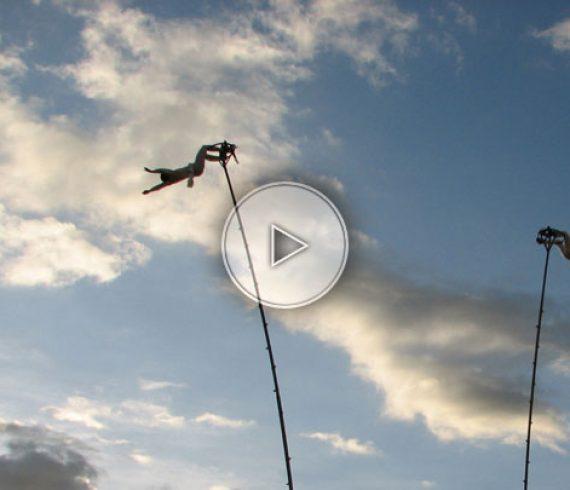danseurs aériens, duo d'acrobates, longues perches, longs mats, mâts aériens, voltige sur mât