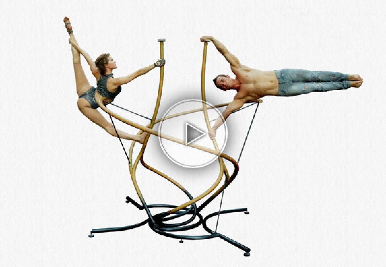 équilibre sur sculpture, duo d'équilibres, equilibistes sur sculpture, sculpture numéro