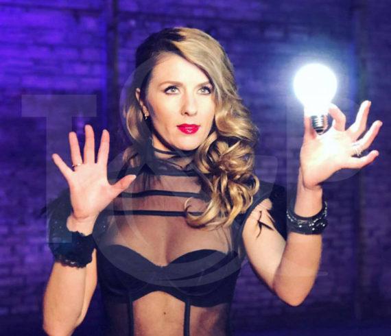 magicienne, magicienne de suisse, restaurant alma, magicienne de close-up