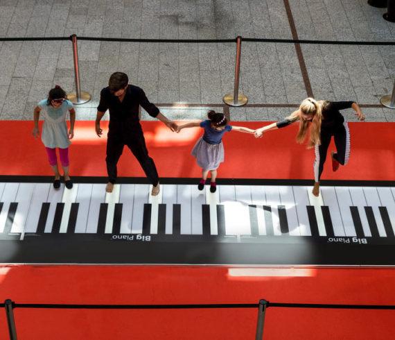 piano géant, danseurs sur piano, danse sur piano, grand piano, danse, danseurs, centre commercial