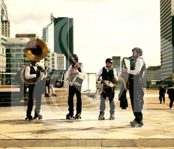 musiciens rollers, musiciens à rollers, rollerskate, roller brass band, musiciens, groupe de musique à roller