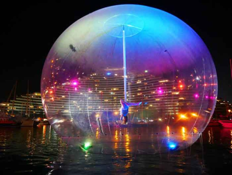 spectacle aérien, bulle géante, bulle transparente, spectacle dans bulle, tissu aérien dans bulle, artistes dans bulle