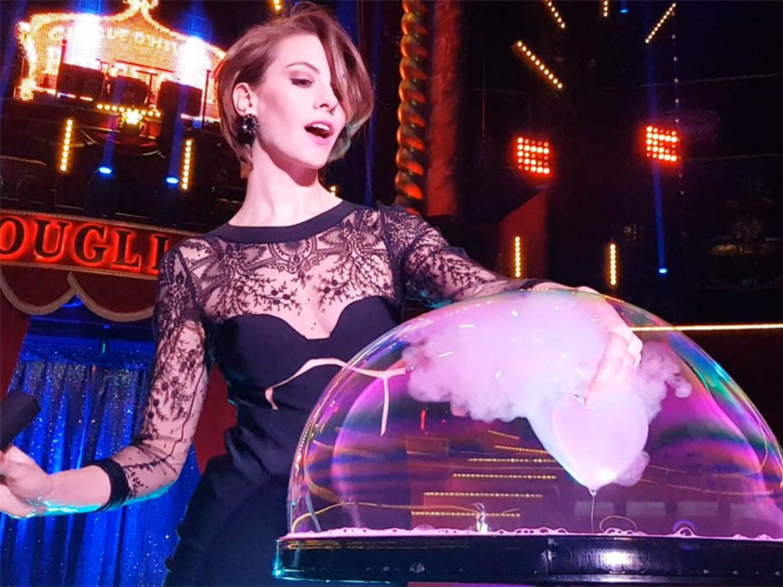 bulles de savon, spectacle bulles de savon, femme bulles de savon, modèle artiste, modèle bulles de savon