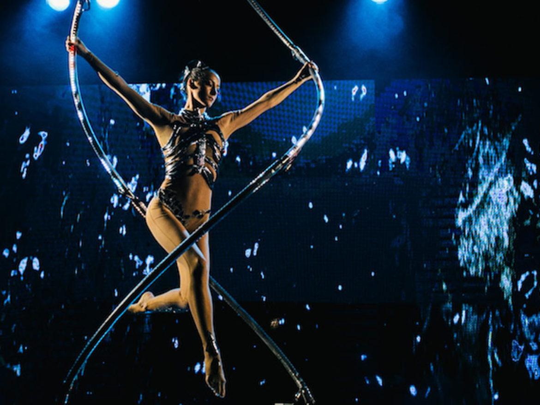 acrobate, acrobate au cerceau, acrobate et musique, acrobates à bascule, infini, lumieres, acrobates