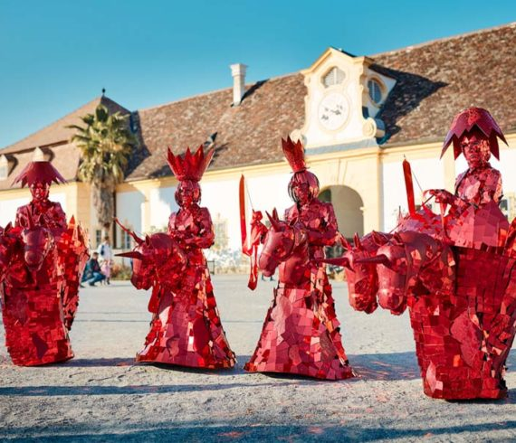 Licornes, licorne show, licorne cavaliers, performance licorne, échec show, échecs performance, échecs spectacle, parade, déambulation licornes, déambulation échecs, personnages miroir