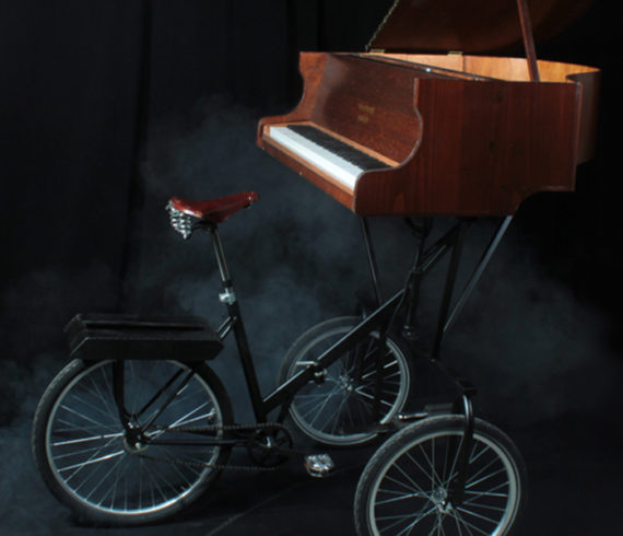 Piano, musique, piano à roues, piano roulant, piano mobile, piano qui court, vélo, cycliste piano, circus duo, jongleur