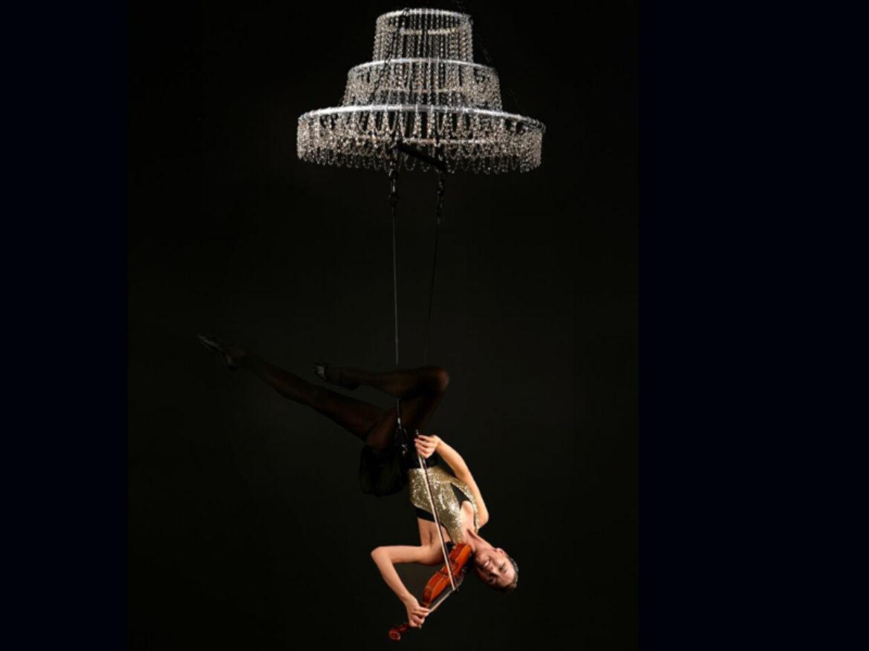 Violons, violon show, violoniste, balance, aérien, show aérien musical, show aérien, contorsion, contorsionniste, violon aérien, musique aérienne, show musical, performance musicale