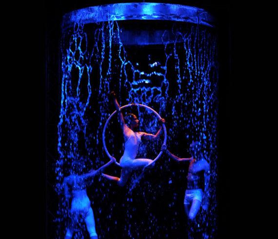 Contorsion, contorsionnistes, aérien, acte aérien, eau, fontaine, cascade, performance eau, évènement eau, artiste eau, contorsion eau, aérien eau