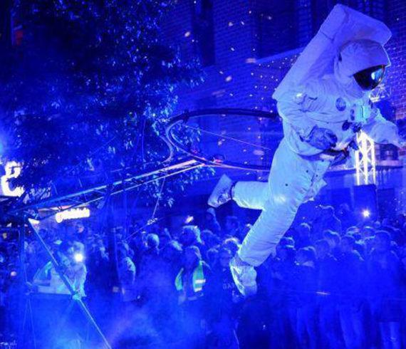 Direction lune, lune spectacle, astronaute spectacle, lune performance, astronaute performance, déambulation, déambulatoire, évènement spatial, évènement lunaire