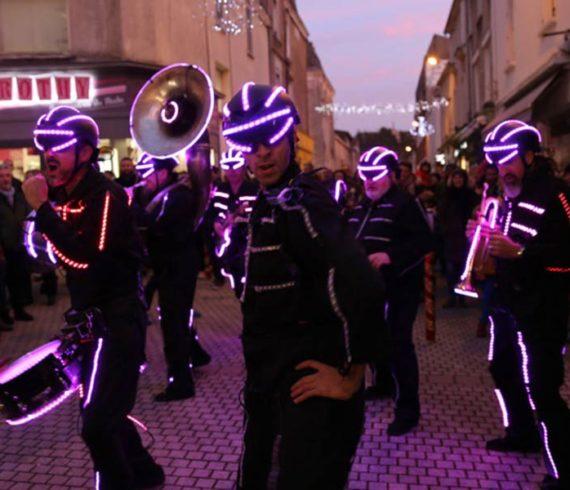 fanfare led, fanfare itinérante led, animation itinérante led, promenade led, parade lumineuse, orchestre lumineux, orchestre led, spectacle led, spectacle musical led, spectacle de musique led, acte de musique led, performance musicale led, fanfare itinérante, fanfare originale, fanfare insolite