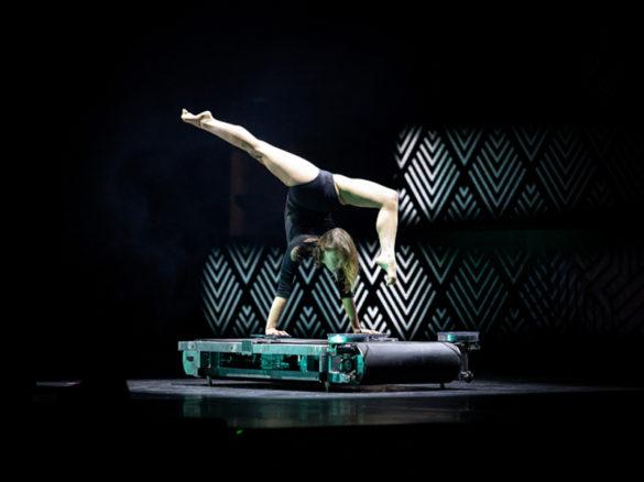 Acte sur tapis de course, performance sur tapis de course, spectacle sur tapis de course, contorsion sur tapis roulant, acrobate sur tapis de course, cirque sur tapis de course, contorsion, acrobate, performance de fitness, acte de fitness, spectacle de fitness, acrobate de gym, contorsionniste de gym