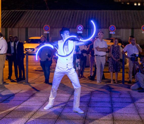 Jongleur lumineux, jongleur à LED, jonglage lumineux, jonglage à LED, événement de nuit, jongleur original, jonglage inhabituel, jonglage léger, jongleur léger