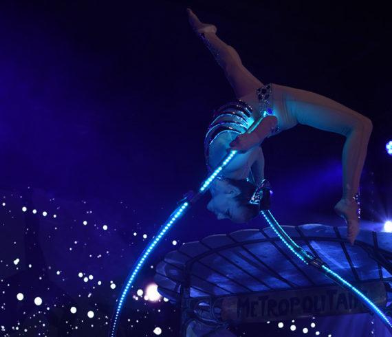 acrobate, spectacle acrobate, elliptique, ellipse, lumière, événement acrobatique, acrobate sombre