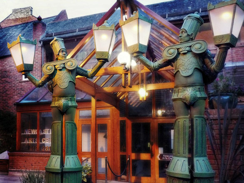 Lampadaire, éclairage de rue, interprète de réverbère, spectacle de réverbère, acte de réverbère, spectacle de lumière, interprète de lumière, artiste de la lumière, artiste de lampadaire, lampadaire vivant, lampadaire vivant, échasses, échasses d'éclairage public, lampadaire événement léger, événement sur le thème de la lumière