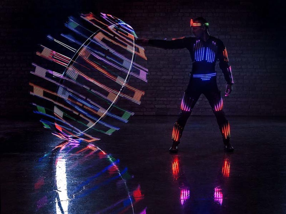 Spectacle pixel, homme pixel, roue Cyr, roue Cyr led, roue led, spectacle roue Cyr, spectacle lumineux, spectacle roue lumineuse