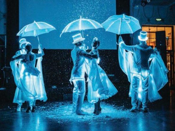 Danse de mariage, spectacle de mariage, fête blanche, danse blanche, spectacle blanc, spectacle d'ailes, danse d'ailes, danse blanche dirigée, spectacle mené, danse dirigée, spectacle éclairé