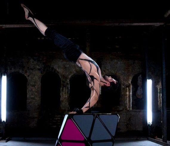 Rubiks cube, spectacle rubiks cube, spectacle cube, contorsion, équilibriste, équilibre spectacle, spectacle couleurs