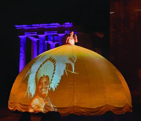 Robe boule, robe à projections, chanteuse à projections, chanteuse robe boule, chanteuse projections, chanteuse images, chanteuse en hauteur