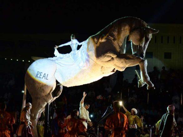 Cheval géant, spectacle équestre, spectacle cheval, spectacle hippique géant, marionnette cheval géante, marionnette cheval, spectacle de marionnette cheval